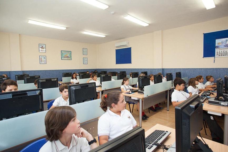 Aula de informática del Colegio San Francisco de Asís