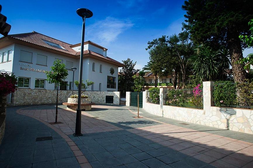 Plaza de entrada Colegio