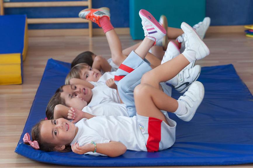 Alumnos de infantil haciendo gimnasia