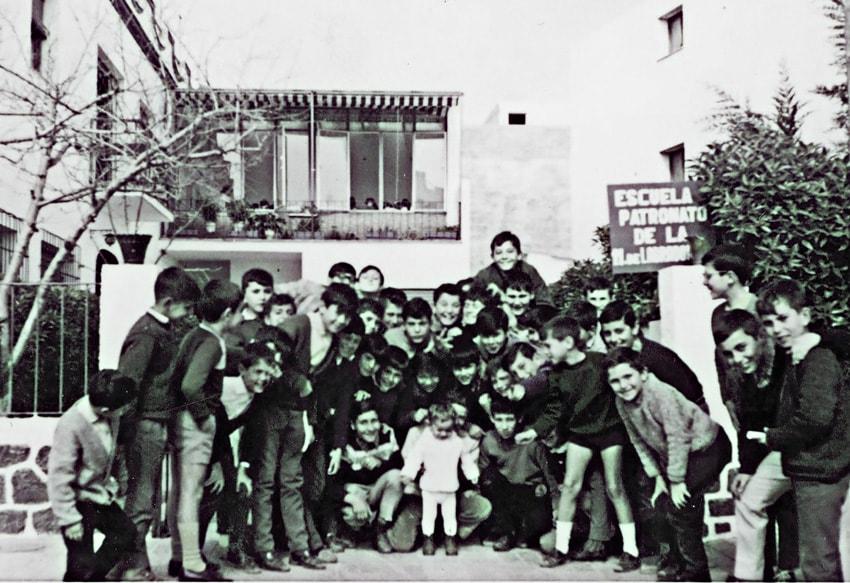 Grupo de niños en la entrada
